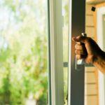 Mand der åbner et vindue